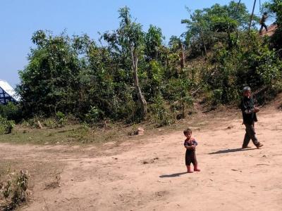 22 février : un enfant et son père dans la région de Louang Namtha