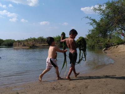 enfants jouant avec des algues à Don Det