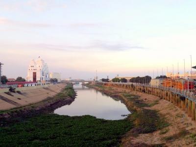 Vue du pont qui marque la rupture entre le Phnom Penh traditionnel et le futur
