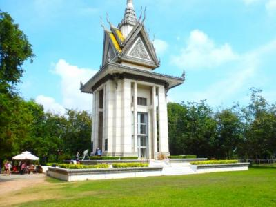 La Stupa : monument à l'intérieur duquel sont renfermés des dizaines de milliers de crânes et d'os