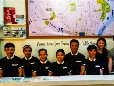 Le staff d'accueil au One Stop Hostel