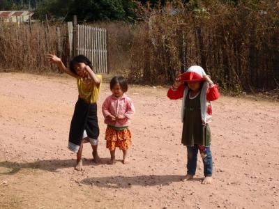 Danse d'enfant vers la Sabaidee Guesthouse