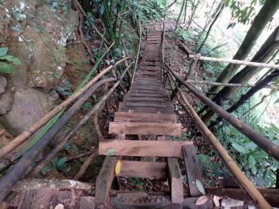 Les escaliers qui mènent à la cascade ... plutôt périlleux.