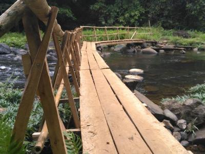 Le pont qui enjambe la rivière