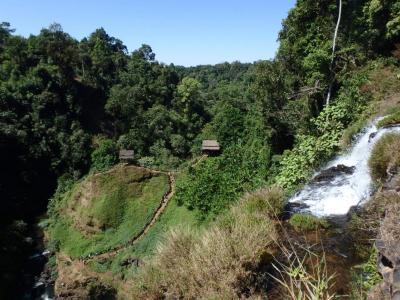 Chemin vers la laos cascade de Tad Yuang