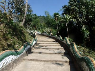 escalier menant au temple de Muang La