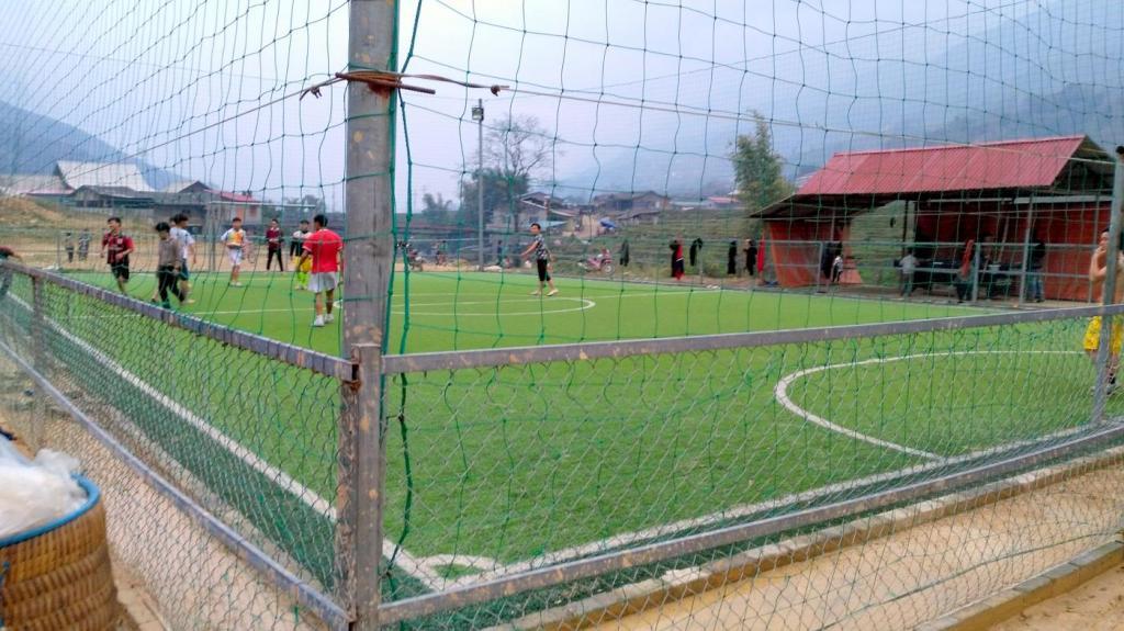 un terrain de foot synthétique à Lao Chai