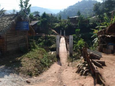 Pont d'accès au village