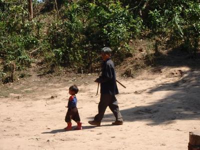 Village Akha : un enfant et son père