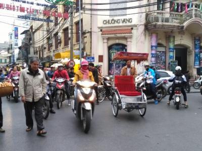 Traverser une rue à Hanoï